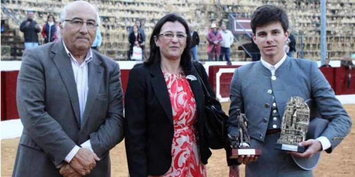 Carlos Corradini recibe los trofeos como ganador del ciclo de becerradas. (FOTO: Álvaro Pastor)
