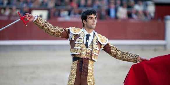 Miguel Ángel Delgado saluda esta tarde en Madrid. (FOTO: las-ventas.com)