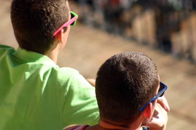 Una alegres y coloridas gafas de sol para romper costumbres en los toros.