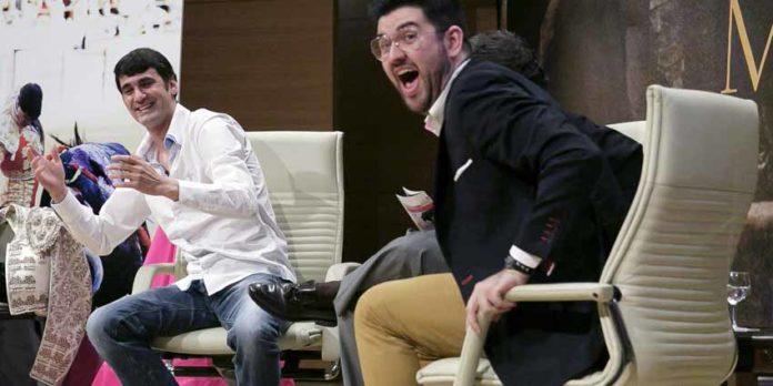 Jesulín de Ubrique y el humorista Manu Sánchez, durante la distendida charla en Sevilla. (FOTO: Fundación Cajasol)