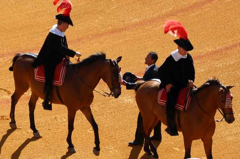 Los alguacilillos entregan la llave de chiqueros al torilero.