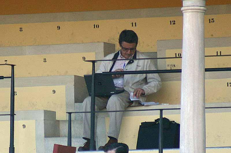 Antonio Lorca, de 'El Pais', en la faena de la crónica.