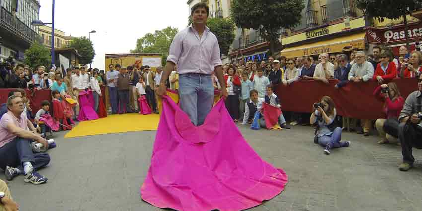 Miguel Ángel Perera enseña a los escolares algabeños los movimientos de capote en el toreo de salón.