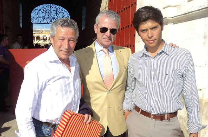 Rafael Torres, Miguel Flores y el hijo de César Pastor, el novillero José María Pastor.