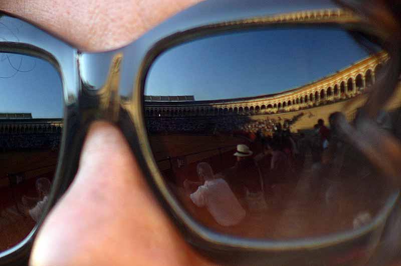 Reflejos de la Maestranza en los espejos de las gafas de sol.
