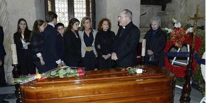 El arzobispo de Sevilla, monseñor Asenjo, consuela a la familia tras el responso de esta tarde en la capilla ardiente del Ayuntamiento. (FOTO: ABC-Sevilla)