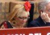 La ex delegada Carmen Tovar en el burladero oficial de la Junta, el día que llegó a vestirse de flamenca en pleno callejón de la Maestranza, algo insólito hasta ese día. (FOTO: Javier Martínez)