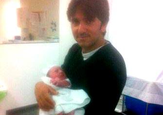 Diego Ventura sostiene a su hijo recién nacido.