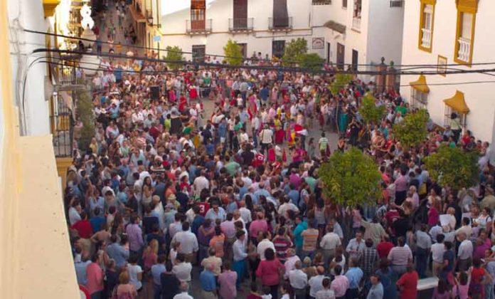 La plaza del Ayuntamiento de Utrera, completamente colapsada de toreros, ganaderos y aficionados, en protesta por la medida prohibicionista a menores de los partidos políticos locales. (FOTO: lopezmatito.com)