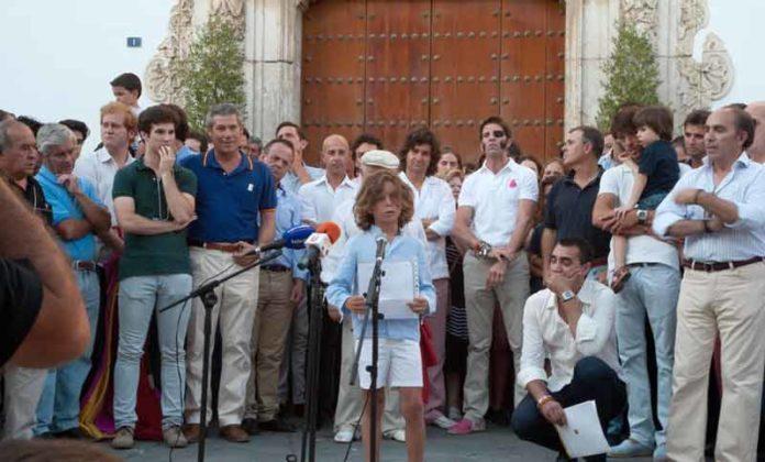 Un joven aficionado lee un manifiesto a las puertas cerradas del Ayuntamiento arropado por los toreros de Utrera y varios más como Padilla o Morante. (FOTO: lopezmatito.com)