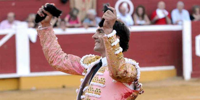 El Cid, con las dos orejas esta tarde en Soria. (FOTO: mundotoro.com)