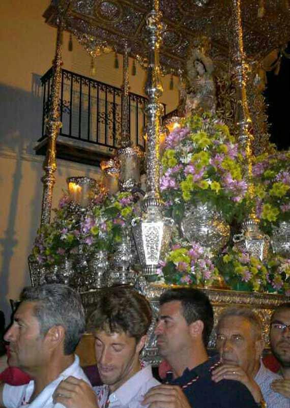 Manuel Escribano lleva sosbre sus hombros a la Virgen de la Encarnación, patrona de su pueblo de Gerena.