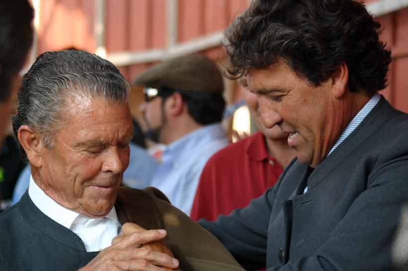 Francisco José 'Espartaco Chico' ayuda a su padre antes del paseíllo.