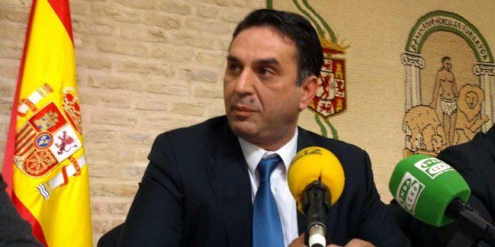El delegado de la Junta en Sevilla, Javier Fernández, no se ha atrevido a aclarar si va tomar medidas contra laa prohibición en Utrera de acceso a niños a la plaza local. (FOTO: Javier Martínez)