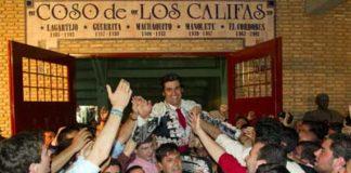 Morante saliendo a hombros el sábado en Córdoba.