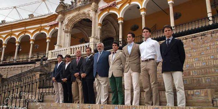 Los empresarios de la Maestranza junto a varios de los noveles participantes. (FOTO: lopez-matito.com)