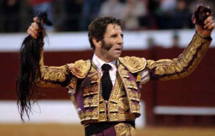 Juan José Padilla con los máximos trofeos simbólicos del toro indultado de Gavira en la plaza de Osuna. (FOTO: Eduardo Porcuna)