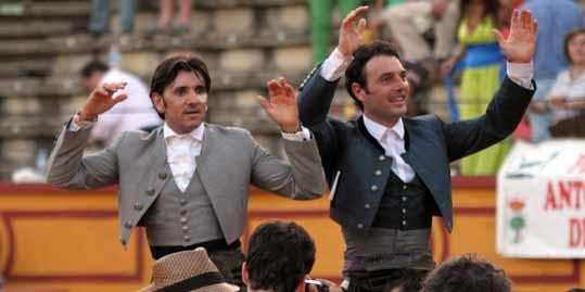 Diego Ventura, a hombros con Andy Cartagena esta tarde en Badajoz. (FOTO: Gallardo/badajoztaurina.com)