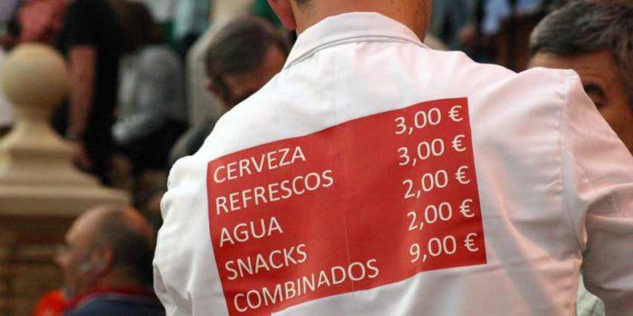 Los altísimos precios de las bebida en el interior de la Maestranza. (FOTO: Javier Martínez).