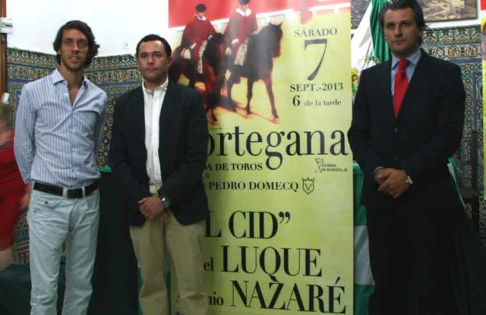 El sevillano Antonio Nazaré, el alcalde de Cortegana y el empresario onubense Jorge Buendía durante la presentación del festejo.