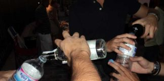 Los aficionados, obligados a comprar botellas de plástico de agua para tirarla y, una vez vacías, verter las bebidas de botellas de cristal en las de plástico vacías y dejarlas sin tapón; de lo contrario, los vigilantes no le permiten el acceso a la plaza. (FOTO: Javier Martínez)