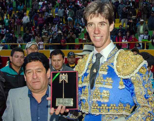 Esaú Fernández recibe el 'Escapulario de Oro' en Cutervo (Perú).