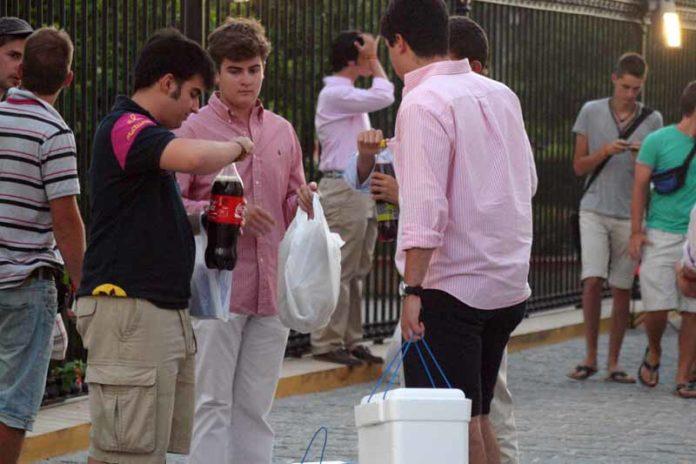 Pandillas de jóvenes con las neveras a las puertas de la plaza. (FOTO: Javier Martínez)