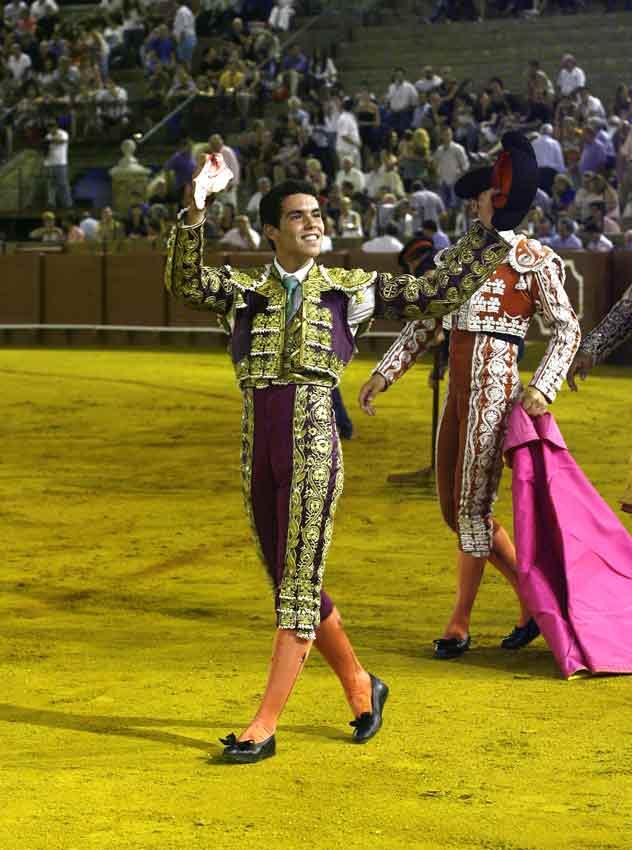 El Manriqueño, con la oreja del primero, único trofeo en ocho erales. (FOTO: González Arjona)