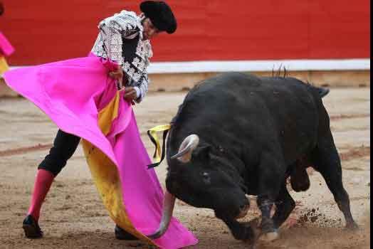 Morante remata con el capote esta tarde en Pamplona. (FOTO: mundotoro.com)