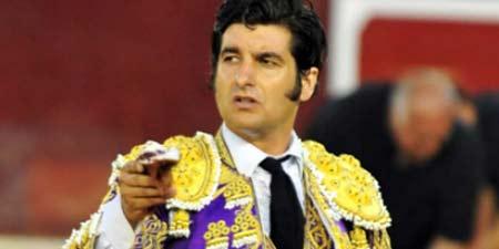 Morante con la oreja lograda esta tarde en Valencia. (FOTO: Alberto de Jesús/mundotoro.com)