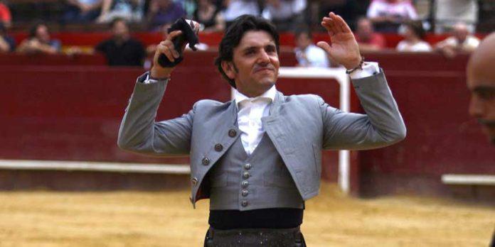 Diego Ventura con una de las dos orejas ganadas esta tarde en la plaza de toros de Valencia. (FOTO: González Arjona)