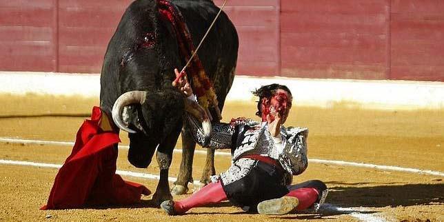 Morante, en el momento de la cornada el pasado sábado en Huesca. (FOTO: Efe)