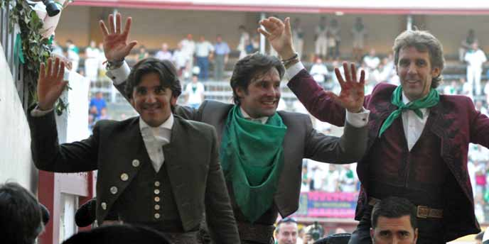 Diego Ventura -a la izquierda- en la salida a hombros esta tarde en Huesca junto a Andrés Romero y Hermoso de Mendoza.