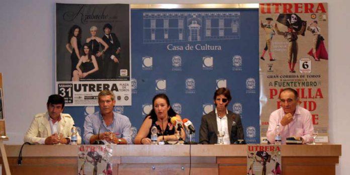 Acto de presentación del cartel, con Carmelo, Curro Durán, la concejal de Fiestas, Juan José Padilla y Ricardo Gallardo.