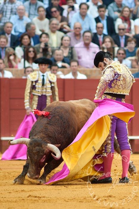 Excelente media de remate de Morante, de lo poco visto esta tarde. (FOTO: lopezmatito.com)