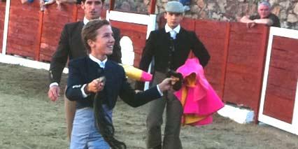 El joven sevillano Juan Pedro 'Calerito', con el rabo logrado hoy lunes en la plaza de Navalperal de Pinares (Ávila).