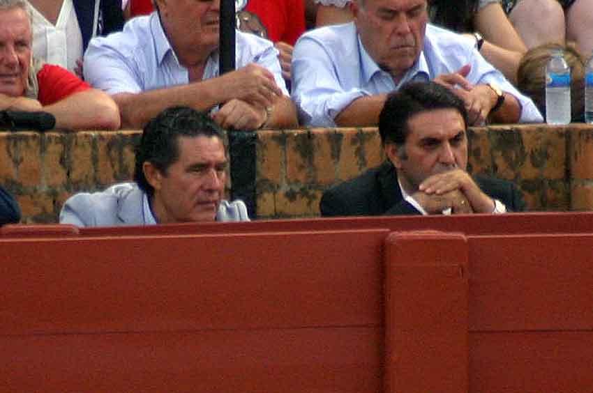 El delegado de la Junta de Andalucía, Javier Fernández, permanece impávido junto a José Antonio Campuzano ante la escasa presentación de los toros lidiados en la segunda del ciclo de San Miguel.