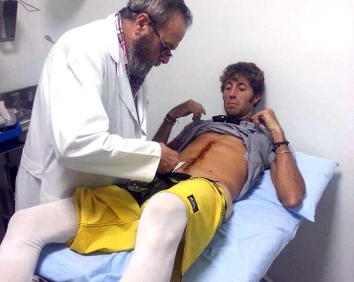 Manuel Escribano, que mantiene vendas elásticas en sus dos piernas para ayudar a evitar trombos circulatorios, ha visitado hoy en Sevilla al doctor Domingo Jiménez, que le ha retirado los 35 puntos que parten su abdomen en dos mitades.