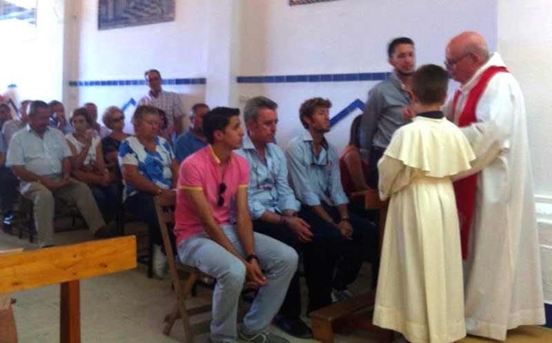 El diestro Manuel Escribano, durante la misa especial por su feliz regreso a Gerena, entre sus hermanos José María y Curro, y junto a Ortega Cano. (FOTO: Sevilla Taurina)