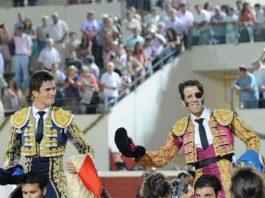 Daniel Luque y Juan José Padilla, a hombros al finalizar la corrida de esta tarde en Utrera. (FOTO: lopezmatito.com)