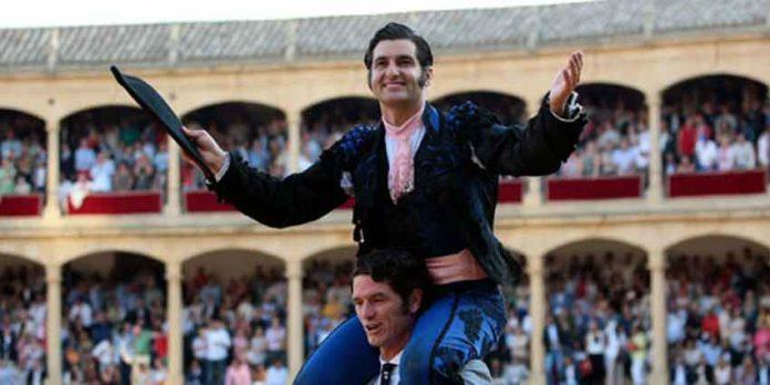 Morante en su salida a hombros esta tarde en Ronda. (FOTO: Arjona/mundotoro.com)