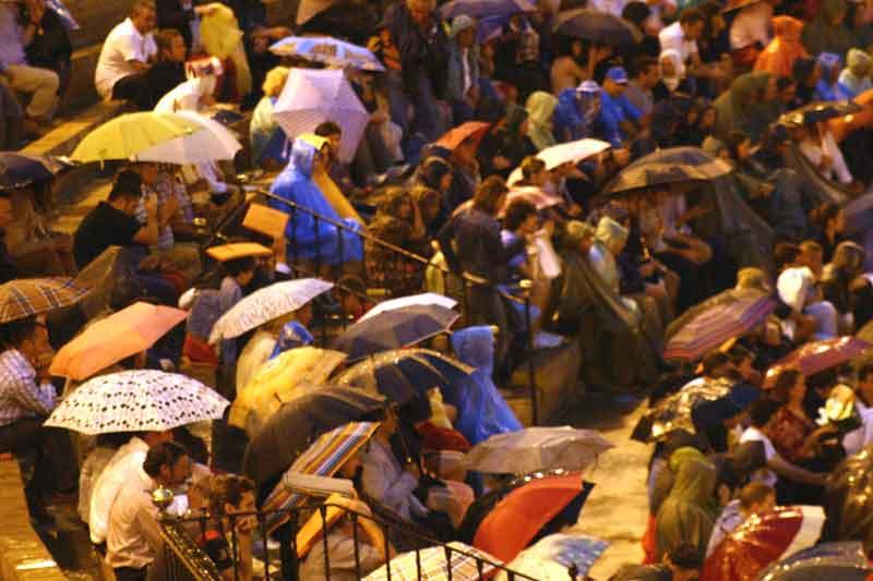 Tarde incómoda de agua y paraguas en Sevilla.