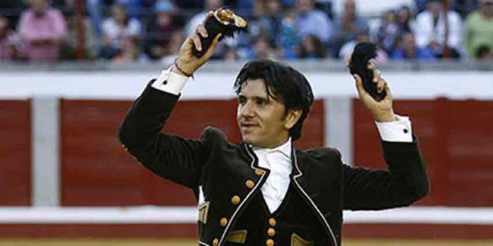 Diego Ventura, con las dos orejas de su segundo toro esta tarde en Pozoblanco. (FOTO: González Arjona)