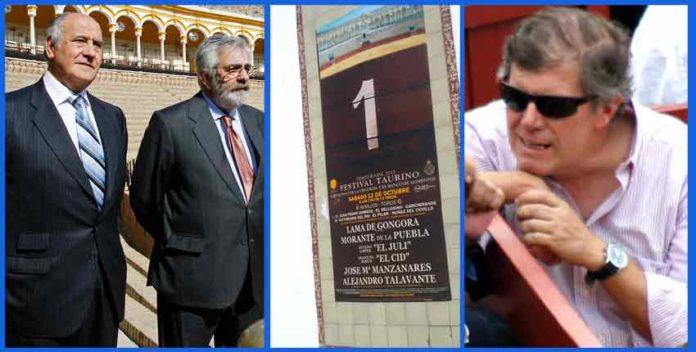 Los empresarios Ramón Valencia y Eduardo Caorea; el cartel erróneo que figura junto a las taquillas de la plaza; y el jefe del Sercicio de Espectáculos de la Junta de Andalucía en Sevilla, José Antonio Delgado.