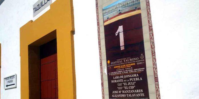 La empresa de la Maestranza sigue informando en los carteles junto a las taquillas de venta de entradas que el primero en actuar en el festival del 12 de octubre será el novillero Lama de Góngora. (FOTO: Javier Martínez)