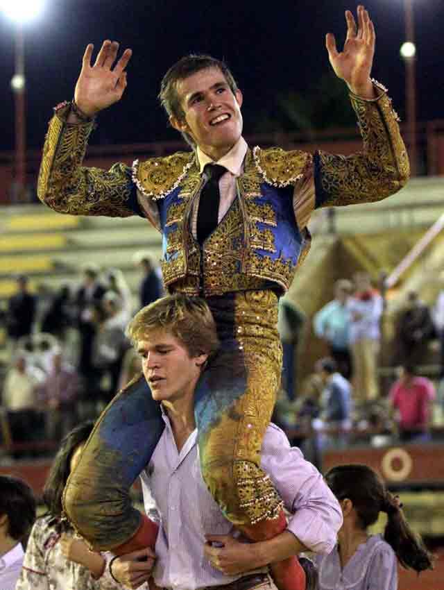 Javier Jiménez sale a hombros de su hermano Borja al final de la novillada. (FOTO: Joël Buravand)