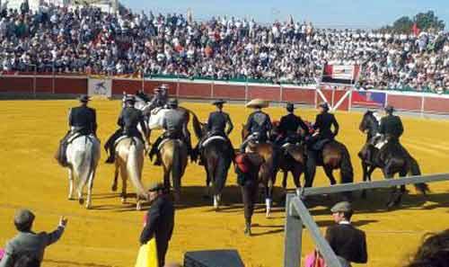 Los toreros haciendo el paseíllo a caballo.