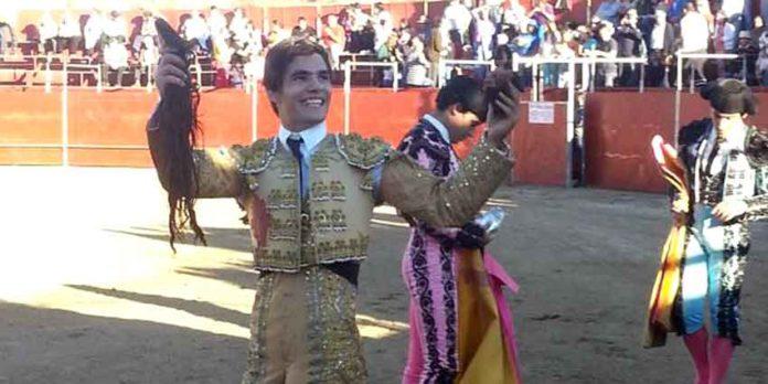 El sevillano Pablo Auado pasea el triunfo logrado hoy en San Juan de la Nava (Ávila).
