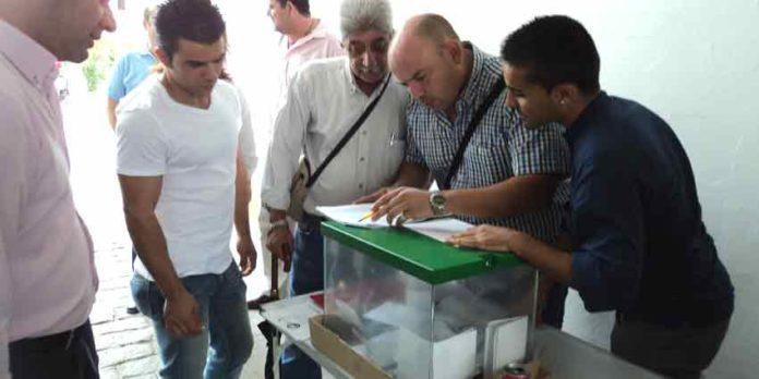 Los empleados de la empresa Pagés votando a sus representantes del Comité de Empresa. (FOTO; Javier Martínez)