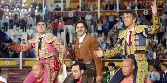 Diego Ventura. a hombros con El Fandi y El Cordobés esta tarde en Huércal-Overa. (FOTO: Arjona)